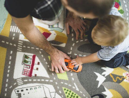 Papá jugar con tu bebé, desarrolla su aprendizaje