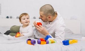 papá juega con bebé